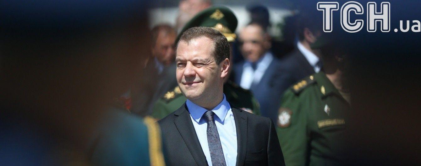 В неспокойный Кыргызстан прилетел российский премьер Медведев
