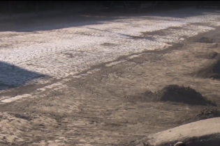 В закарпатской Иршаве вместо ремонта дороги откопали старую брусчатку