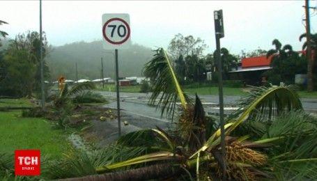 """В Австралии разрушительный циклон """"Дебби"""" сносит все на своем пути"""