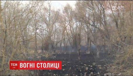 На окраине столицы продолжает тлеть трава после ночного пожара