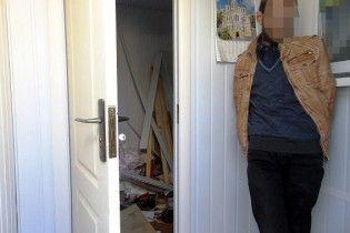 """У Києві касир """"обмінника"""" вкрав 16 тис. доларів та зник крізь дірку у стіні"""