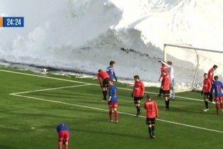 Суровые норвежские футболисты провели матч в трехметровых сугробах