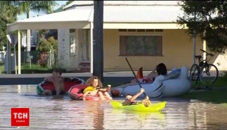 Австралия в воде: дети играют возле затопленных домов