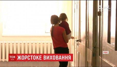 Отучал ребенка от капризов: в Ровно отец почти час бил 3-летнюю дочь