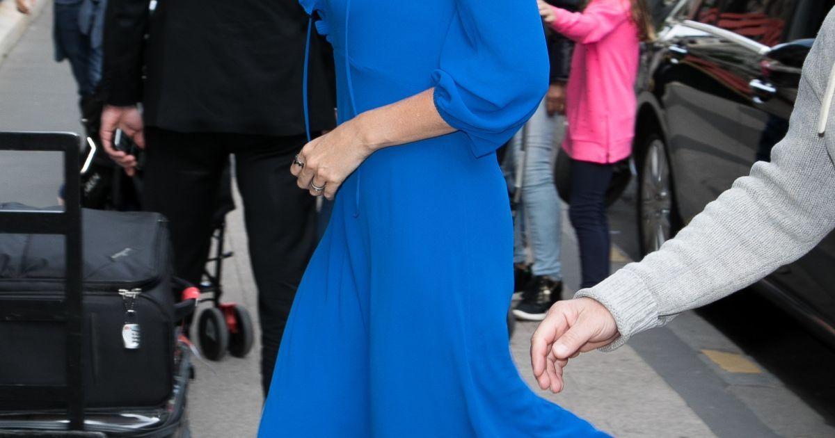 В ярком платье и на шпильках: Шарлиз Терон в Париже