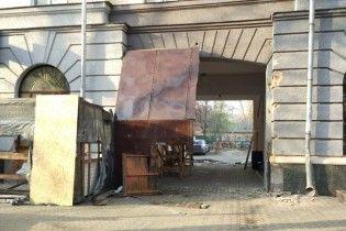 """Появились фото разбитого """"Газетного ряда"""" в Полтаве на утро после столкновений"""