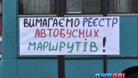 """Маршрутчики против полицейских: чем завершился """"мирный"""" митинг автоперевозчиков"""