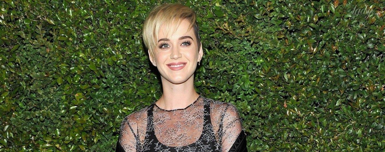 В прозрачной блузке и с сумкой Chanel: вечерний образ Кэти Перри