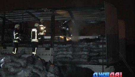 На одной из автостоянок Киева загорелся грузовик