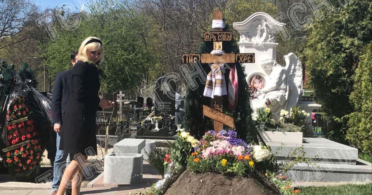 Максакова привела сина на могилу батька