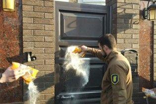 В Полтаве мэр спрятался от жителей в поместье: активисты засыпали вход в дом сахаром