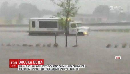 Сильні зливи та шторм затопили десятки міст у штаті Техас