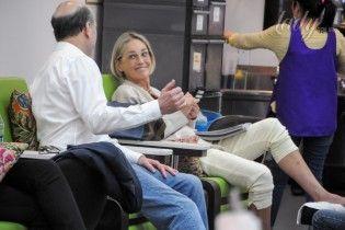 Без макияжа, но с улыбкой: папарацци сфотографировали Шерон Стоун в салоне красоты