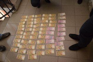 В Івано-Франківську поліцейський вимагав хабар в 9 тис. грн за дозвіл на володіння зброєю