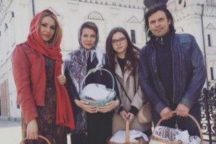 Сумская с мужем и дочками показала, как святила паски