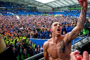 """Фанаты на поле и игроки в поезде. Как """"Брайтон"""" отпраздновал исторический выход в Премьер-лигу"""