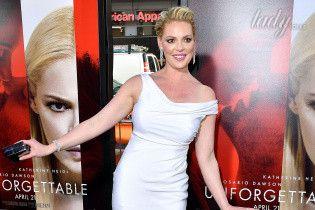 Почти в форме: молодая мама Кэтрин Хейгл вышла на красную дорожку в белом обтягивающем платье