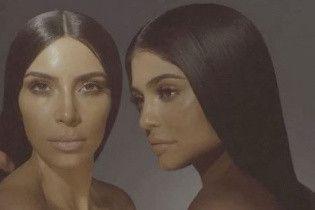 Сестры Кардашьян топлес рекламируют косметику