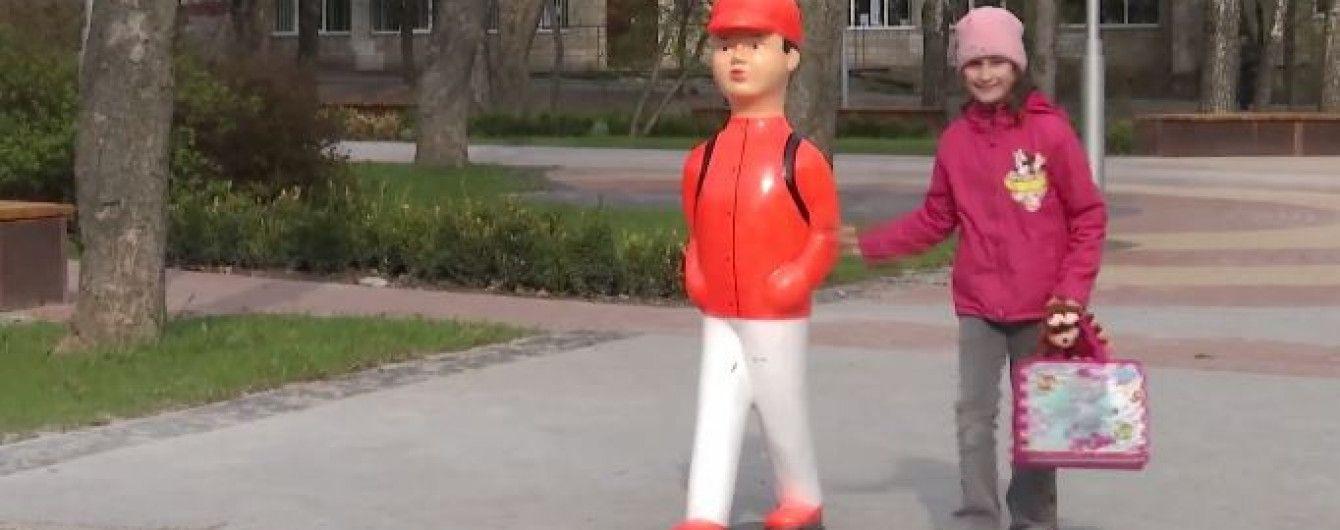 """У Вінниці біля пішохідних переходів встановили пластикових """"школярів"""""""