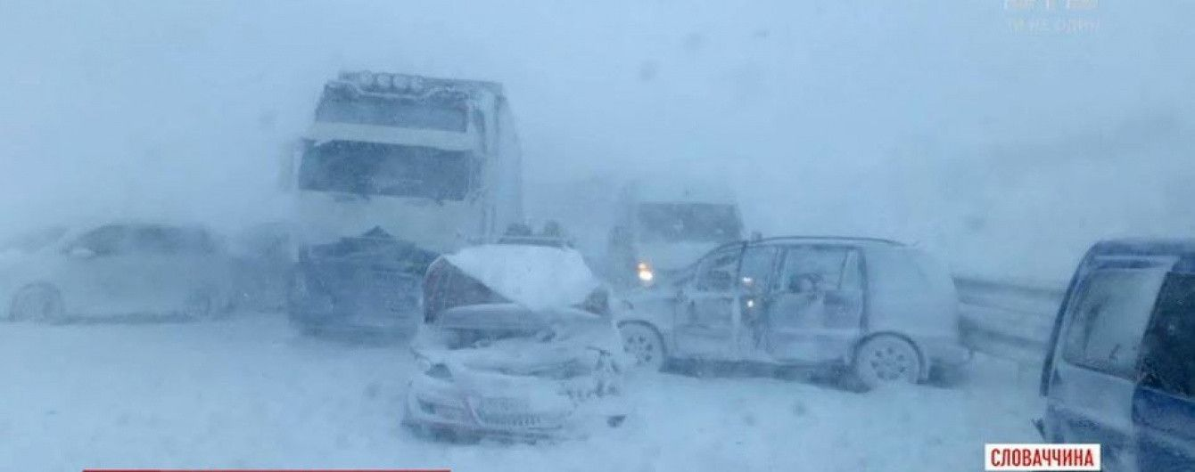 У Словаччині через завірюху в аварії зіткнулися півсотні автомобілів