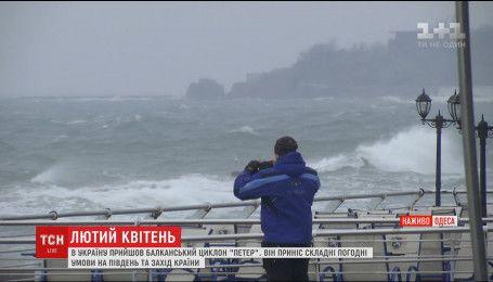 Аномальный шторм в Одессе разгоняет двухметровые волны
