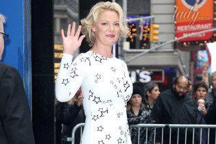 В платье в звездный принт и красных туфлях: Кэтрин Хейгл на съемках телешоу