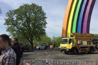 В центре Киева блокируют перекрашивание Арки дружбы народов