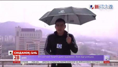 У Китаї блискавка ледь не вбила телеведучого