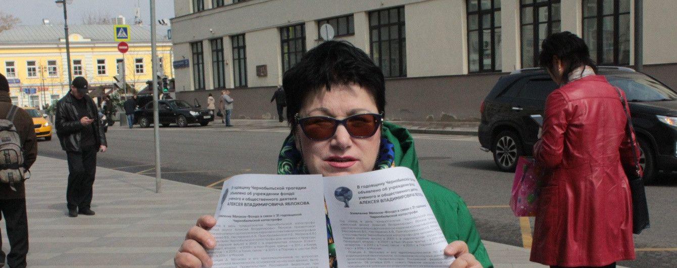 """У Москві активістці партії """"Яблуко"""" хлюпнули в очі хімрозчином: в жінки опік обличчя та очей"""