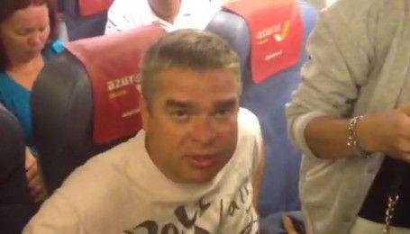 Пьяный пассажир самолета Египет-Киев во время полета едва не задушил мужчину - очевидцы