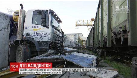 В Киеве пьяный водитель бетономешалки врезался в бетонный забор