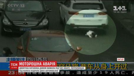 В Китае ребенок выжил, попав под колеса сразу двух машин