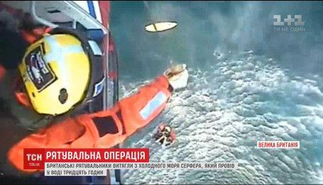 На шотландському узбережжі із води витягли серфера, який провів у холодному морі 30 годин
