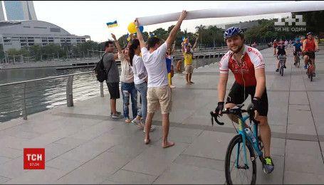 Українець, який минулого року виїхав на велосипеді з Одеси, дістався фінішу в Сингапурі