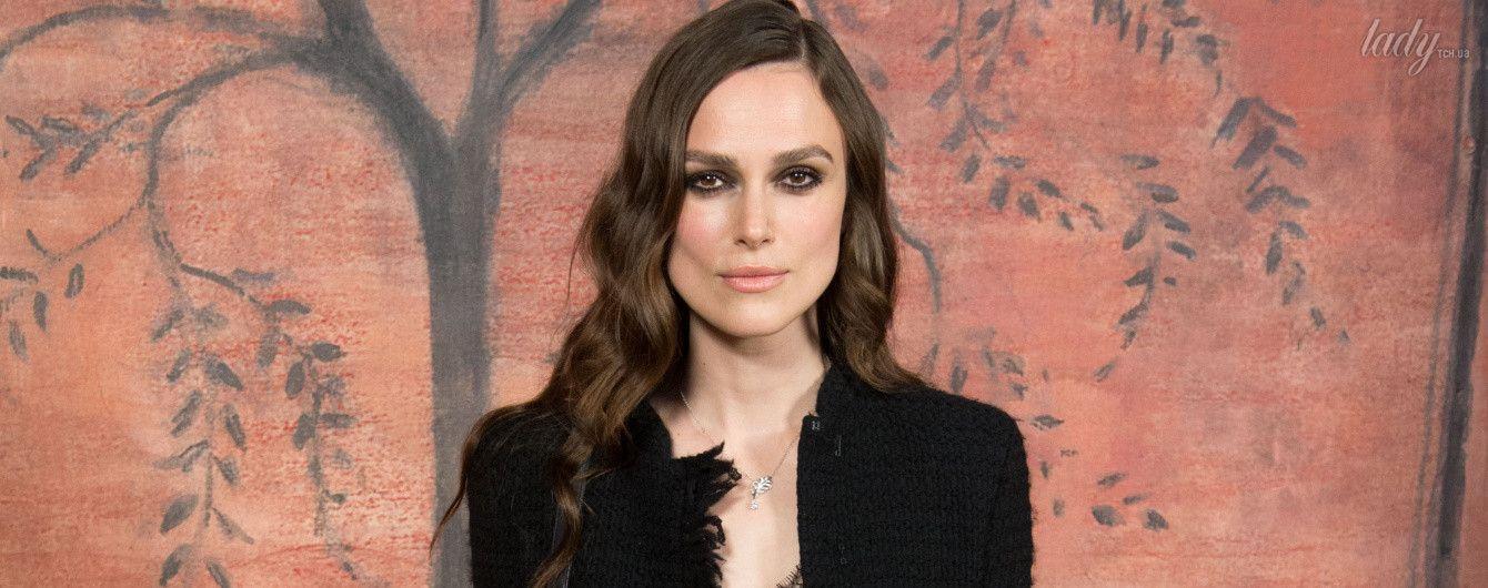В черном платье и золотой обуви: Кира Найтли на показе Chanel