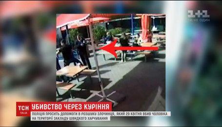 Поліція розповсюдила відео з імовірним убивцею киянина на території закладу швидкого харчування