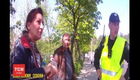 У Житомирі водійка почала розпивати горілку перед поліцейськими після ДТП