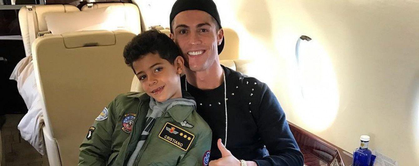 Розваги в літаку. Роналду весело пограв з сином під час польоту