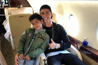 Развлечения в самолете. Роналду весело поиграл с сыном во время полета