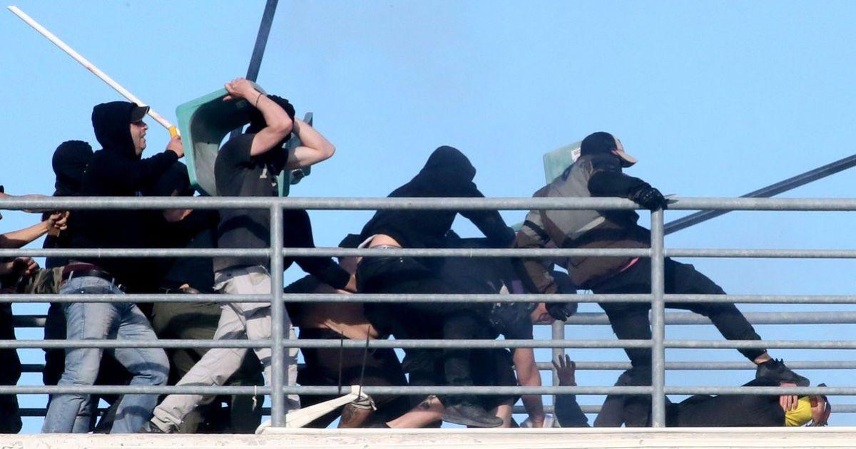 Футбольний матч Кубка Греції затримали через бійню на трибунах