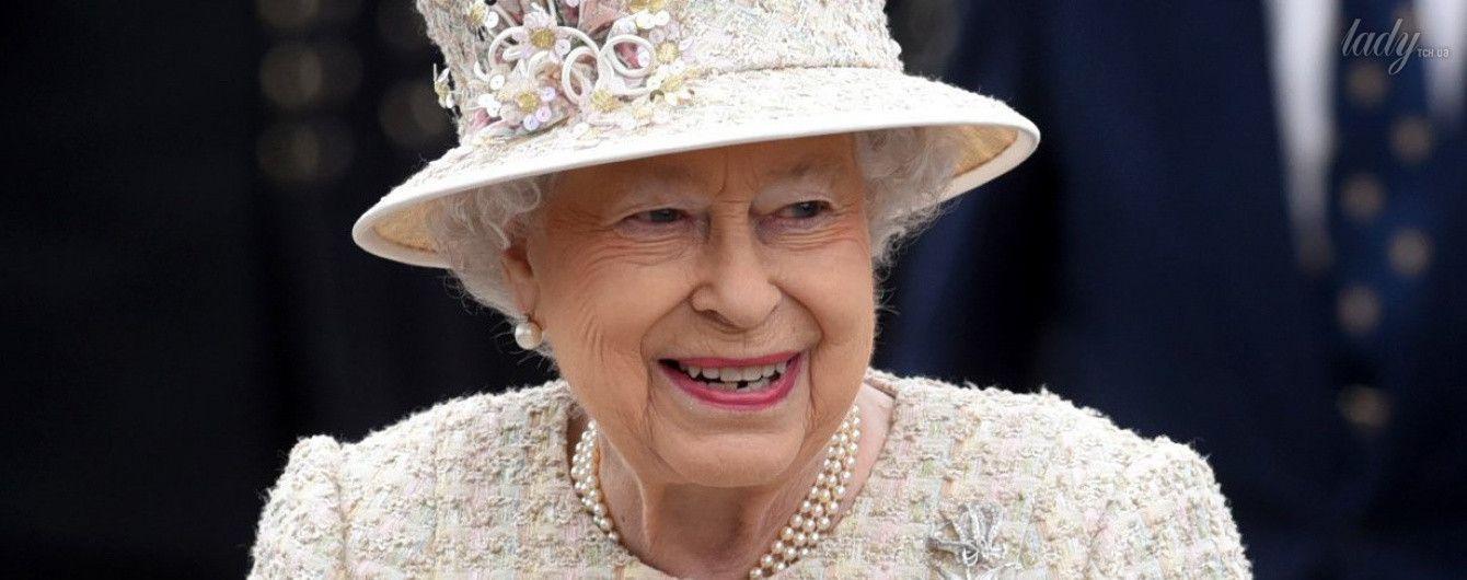 В пальто со стразами и цветочной шляпе: королева Елизавета II вышла в свет