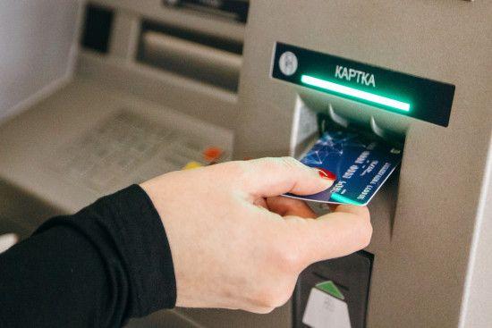 Патрульні затримали крадіїв, які везли банківські термінали в причепі