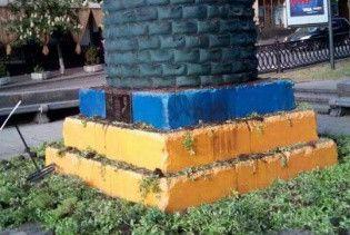 Видеокамеры сняли вандалов, уничтоживших зеленую инсталяцию на постаменте от памятника Ленину в Киеве