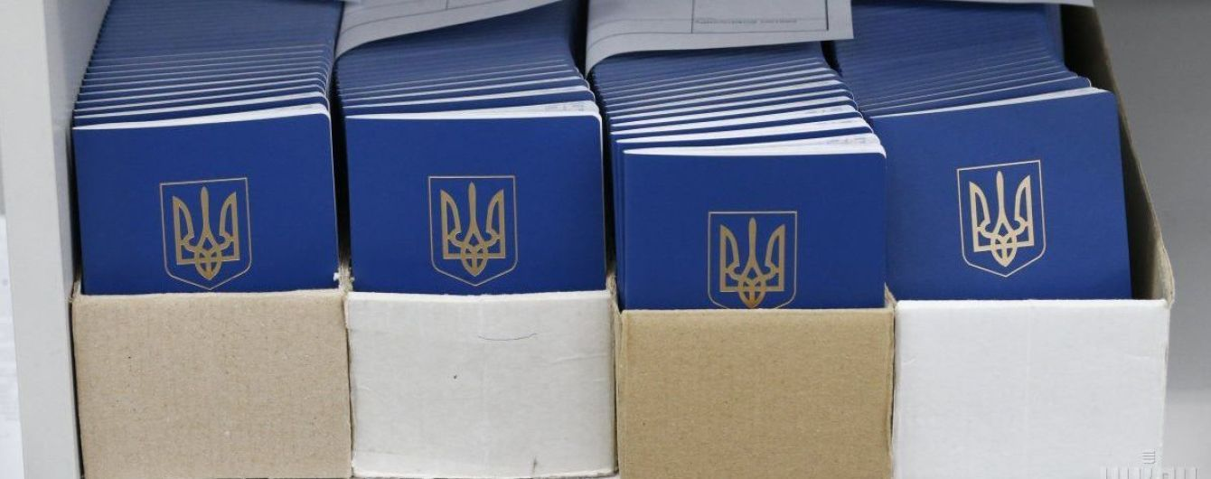 На Донбассе получения биометрических паспортов сопровождают драки в очередях и полиция