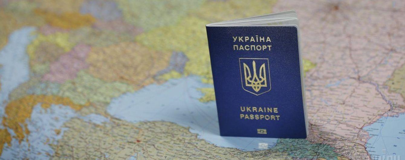 """Украину назвали самым успешным """"альпинистом"""" в рейтинге ценности паспортов"""