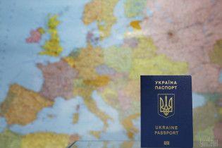 В Україні видали 10-мільйонний біометричний паспорт – Порошенко показав його власницю