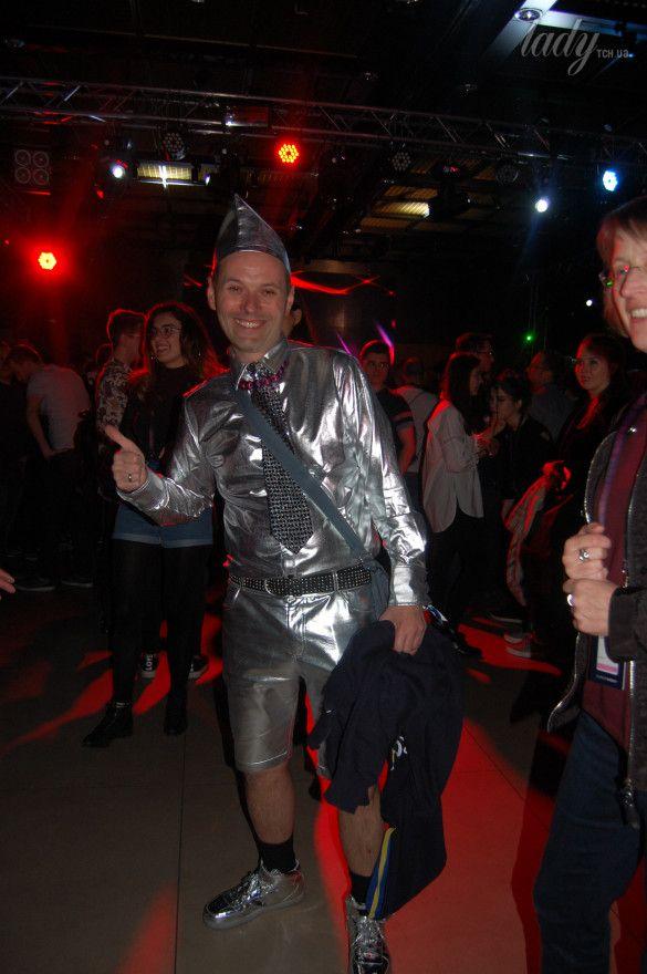 Немецкие фанаты спародировали Верку Сердючку и ее танцоров_10