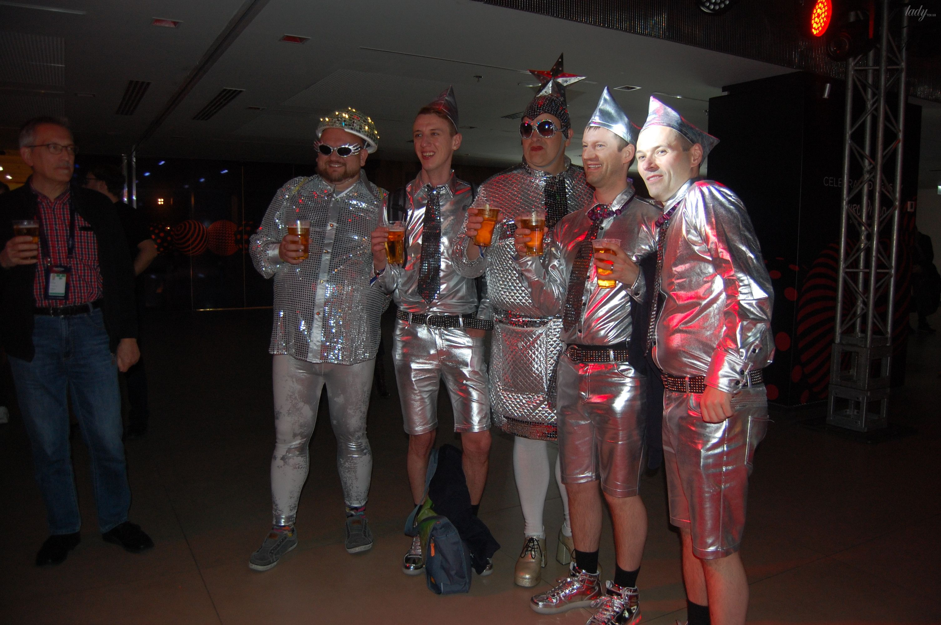 Немецкие фанаты спародировали Верку Сердючку и ее танцоров_11