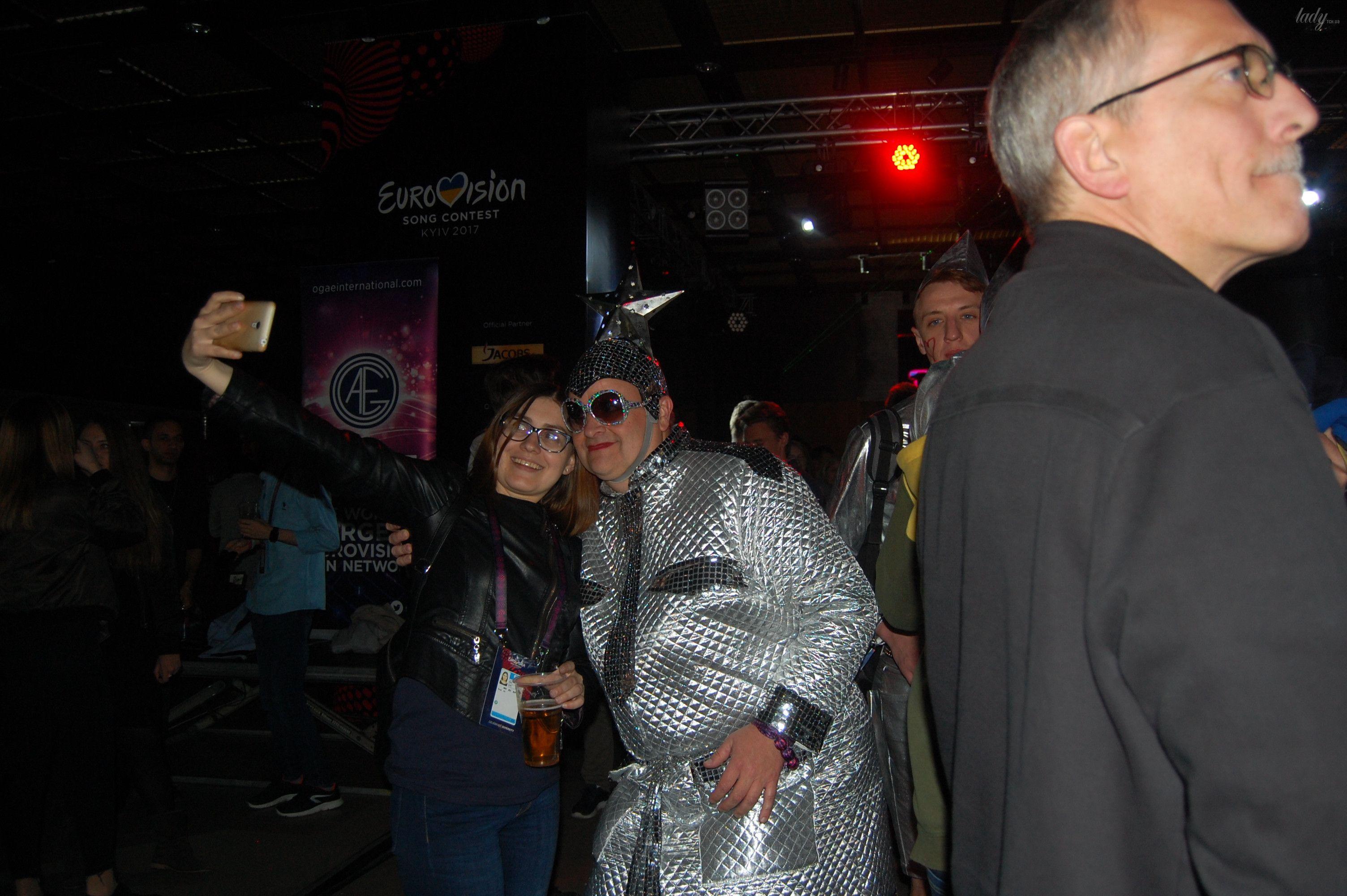 Немецкие фанаты спародировали Верку Сердючку и ее танцоров_8
