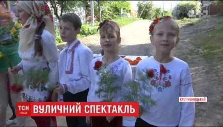 В Кропивницком любительской детский театр играет спектакли на улице